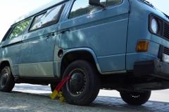VW Bus mit Reifensperre