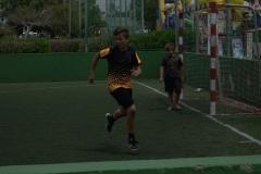 Junge beim Fussballspielen