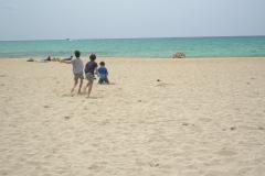 Jungs spielen am Strand
