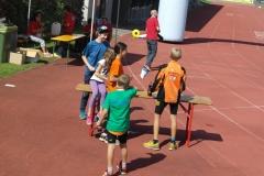 Kinder am Sportplatz