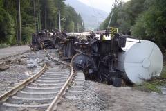 Umgeknickter Eisenbahnwagon